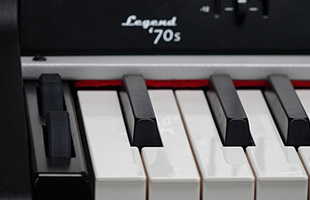 detail image of Viscount Legend '70s showing keys, pitch bend wheel and mod wheel
